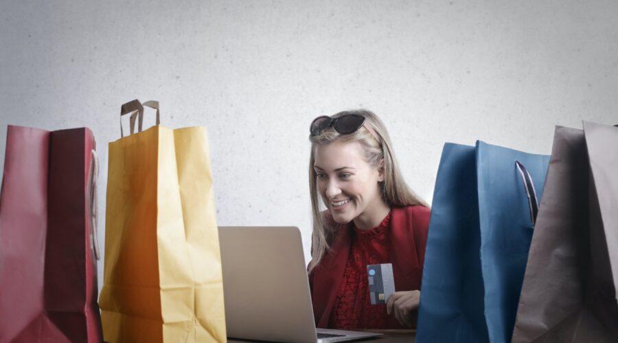 kobieta robi zakupy internetowe