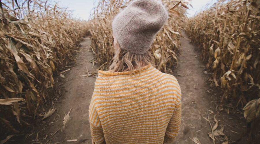 kobieta w czapce patrzy na dwie sciezki