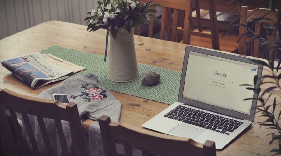 blat stolu z komputerem i innymi przedmiotami